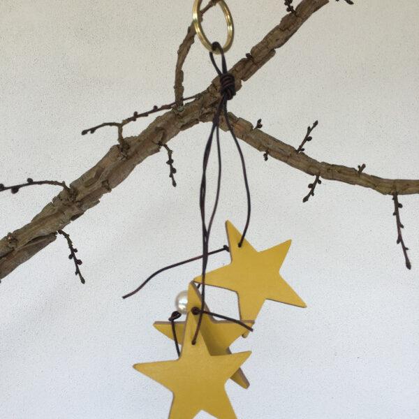 Noglering med gule laederstjerner