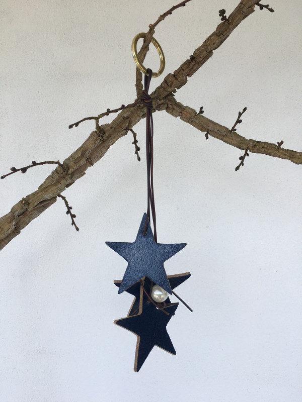 Noglering med blaa laederstjerner